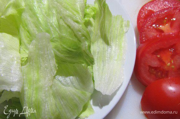 Салат моем и сушим, помидор и красный лук режем дольками (я красный лук немного замариновала в смеси уксуса с сахаром, так как не люблю сырой лук).