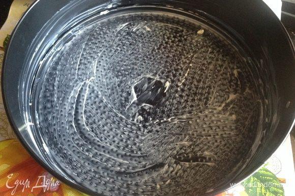 Духовку разогрейте до 180 градусов. Форму для выпекания (у меня разъемная 24 см) смажьте сливочным маслом.