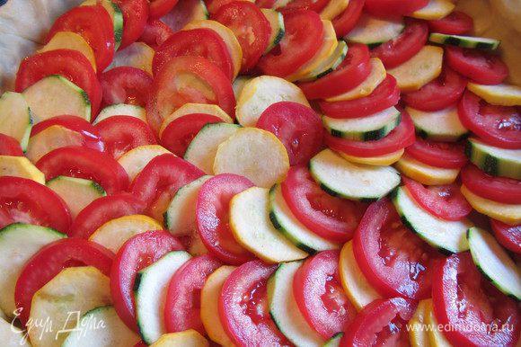 Выкладываем поочередно кружочки цукини и помидоров так, чтобы они были слегка внахлест.
