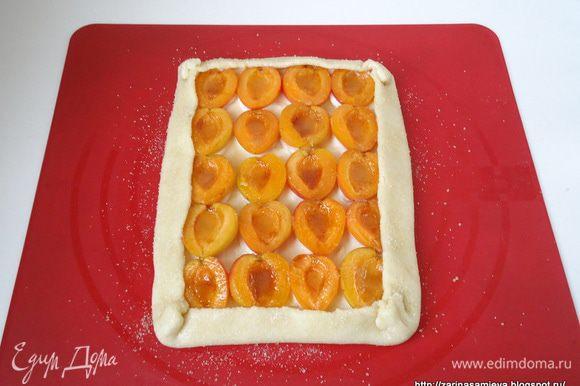 Края теста завернуть, образуя бортики. Поверхность бортиков смазать оставшимся белком и присыпать сахаром. Таким образом сформовать остальные пироги.