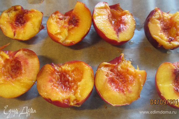 Персики разрезаем пополам и удаляем косточку.