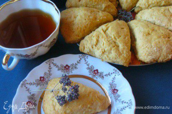 Дать остыть минут 10, и подавать) с чаем, кофе или молоком) Приятного)))