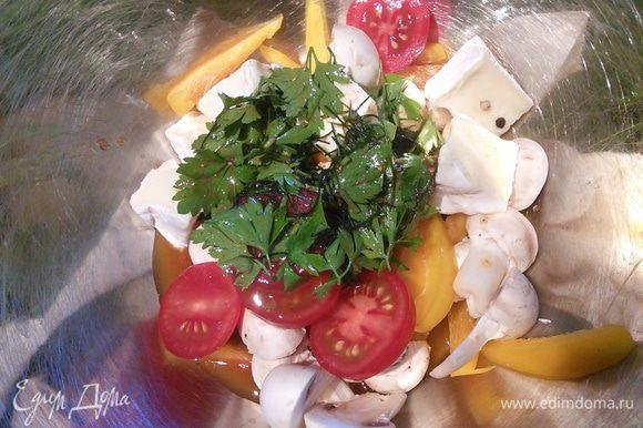 Все составляющие салата смешать в миске с заправкой. Выложить на салатные листья, инжир нарезать тонкими ломтиками и выложить на блюдо.