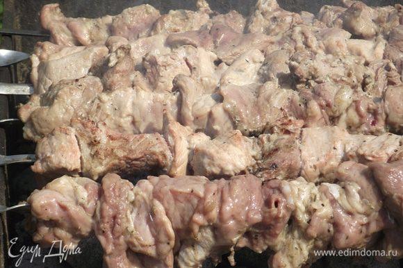 Не забывайте переворачивать шашлык, ведь всего несколько минут смогут превратить мясо в уголь. Наступил этап, когда мясо выделяет сок. Снова переворачиваем шампуры и не отходим от шашлыков. От жирного сока могут возгореться угли, а нам это необходимо избежать.