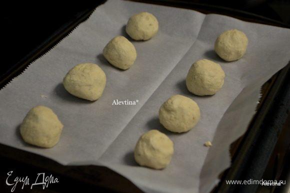 Скатать в одинаковые шарики тесто и выкладывать на расстояние друг от друга.