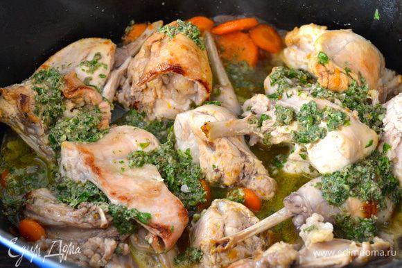 По истечении указанного времени добавить приготовленный соус и продолжить готовить кролика еще 35-40 минут на слабом огне. Время от времени переворачивайте куски мяса, если соус будет испаряться, добавить еще немного вина или бульона (совсем чуть-чуть).
