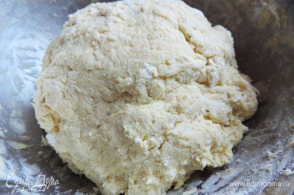 Добавляем муку, разрыхлитель (пакетик рассчитанный на 0,5кг муки), куркуму и сухие травки. Замешиваем тесто. Оно получается мягким и довольно липким.