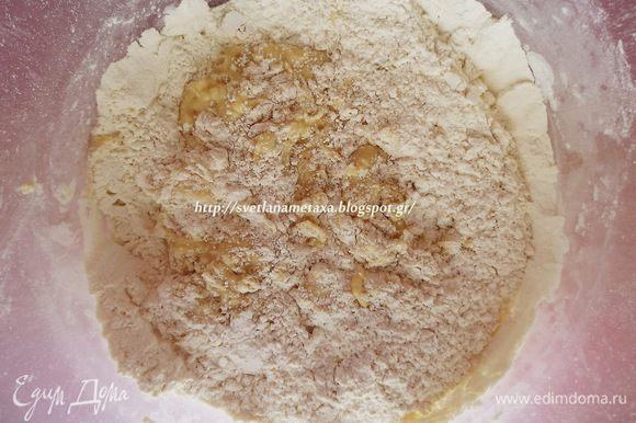 В молочно-яичную смесь добавляем опару и постепенно муку.
