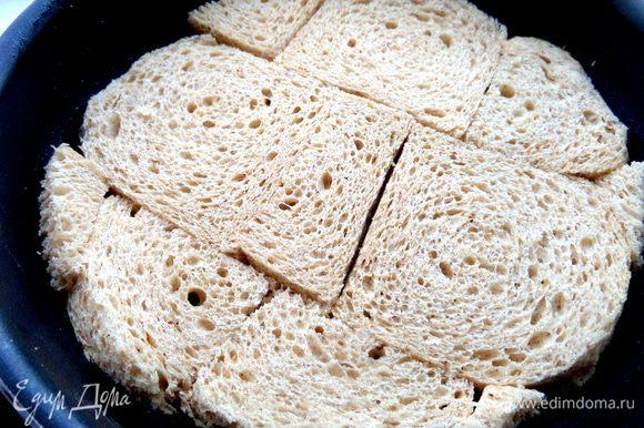 Смазываем форму (22 см) растительным маслом и плотно выкраиваем хлеб,чтобы он образовал корж-основу.
