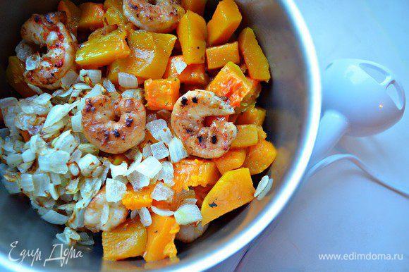В чашу блендера сложите кубики тыквы, лангустины, лук и взбейте до однородной массы. Приправьте солью, перцем.