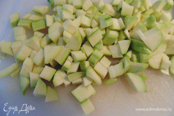 Кабачки и яблоко почистить от кожуры и семечек, порезать кубиками. Добавить к овощам.
