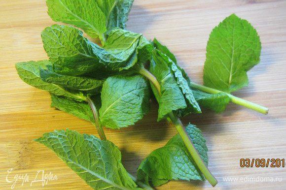 Пока баклажаны готовятся, сделаем заправку для них. У мяты листочки отделяем от стеблей и режем крупно. Зеленый лук рубим мелко (у меня его в этот раз не оказалось под рукой).