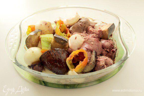 Запекать при 220°C 15 минут. Затем продукты поперчить, перемешать и поставить ещё на 15 минут. Овощи должны быть мягкими, а печень пропечься, если не хватит времени потушите еще немного. Вынуть. Остудить.