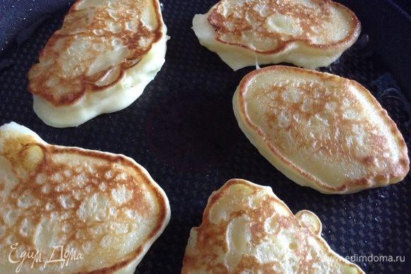 На разогретую сковороду выкладывать по 1 ст.л. и обжаривать.( маслом смазать только при выпечке первой партии).