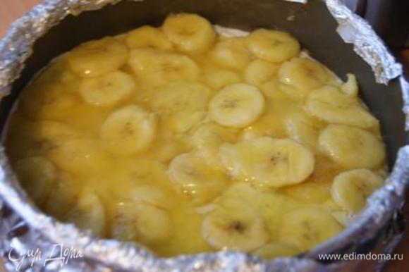 Бананы выложить на творожную начинку.