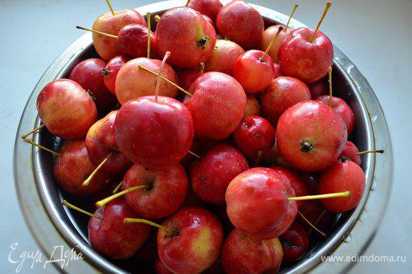 Яблоки перебрать и помыть, хвостики необходимо оставить. Каждое яблочко наколоть в нескольких местах зубочисткой, чтобы в процессе приготовления кожура не потрескалась.