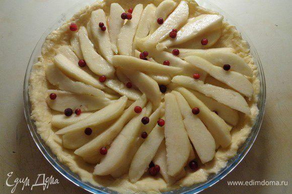 Выложить всю внутреннюю часть тарта по спирали дольками груш. Добавить для украшения немного ягод брусники.