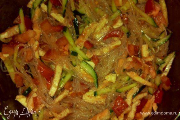 Смешать овощи с лапшой. Полить салат заправкой и соевым соусом. Готово! Приятного аппетита!