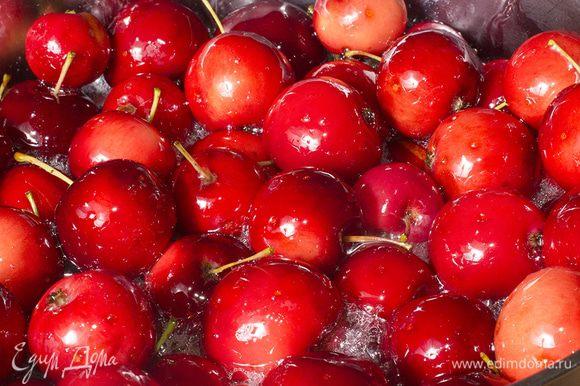 Сварите сироп из сахара и воды и влейте в яблоки. На сутки о яблоках можно забыть. За это время яблоки должны дать сок.