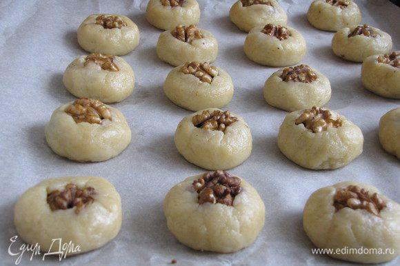 Уложить печенье на противень на пекарскую бумагу. Выпекать 20 минут при температуре 180 град.
