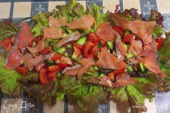 Выложить полоски из филе лосося холодного копчения.