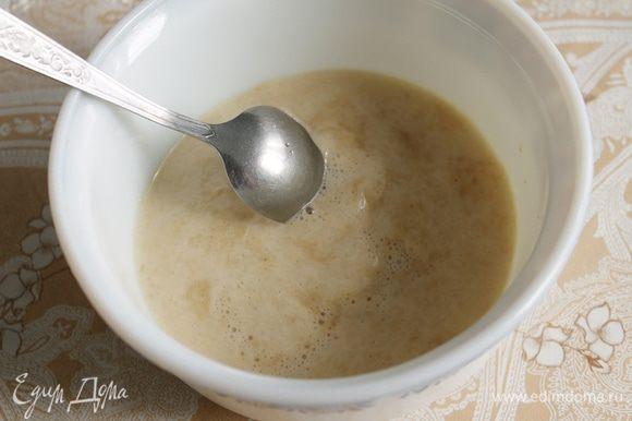 Дрожжи распустить в 40 мл. воды, добавить сахар, перемешать.