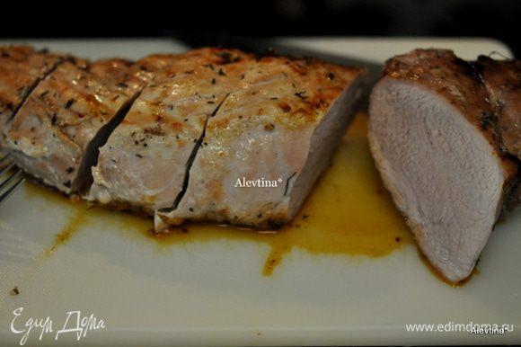 Готовой свинине дать постоять несколько минут, разрезать на порции.