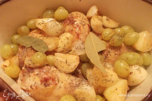 Виноград,вместе со всем остальным из сковороды,отправляем к курице. Присыпем тимьяном,добавим лавровый лист,накроем сверху фольгой или крышкой и отправим в духовку на часик при 180 градусах.