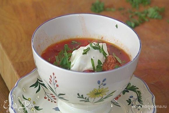 Суп разлить в тарелки, посыпать кинзой и подавать со сметаной.