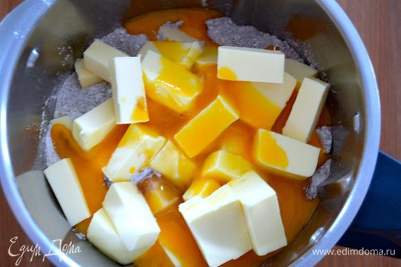 Далее можно замесить тесто в ручную, а можно переложить все в чашу кухонного комбайна, добавить щепотку соли, желтки и сливочное масло кусочками...