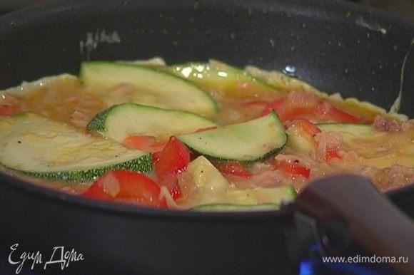 Разогреть в той же сковороде оставшееся оливковое масло, выложить яично-овощную массу и равномерно распределить.