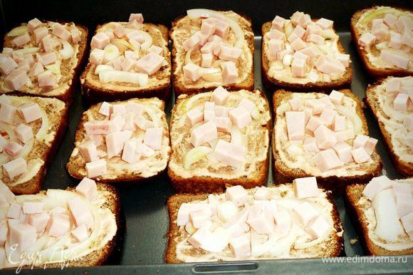 Нарезаем колбасу на кольца затем на квадратики и раскладываем на хлеб.