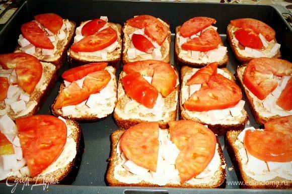 Нарезаем помидоры полукольцами, чем тоньше тем лучше и раскладываем на наши ломтики хлеба.