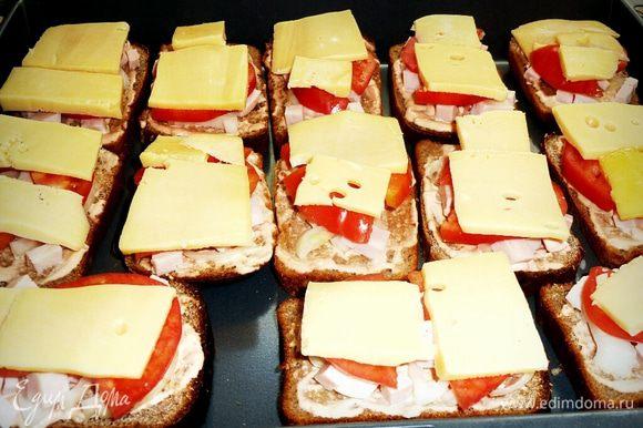 Нарезаем сыр, так чтобы кусочки закрыли весь наш сэндвич, и раскладываем.