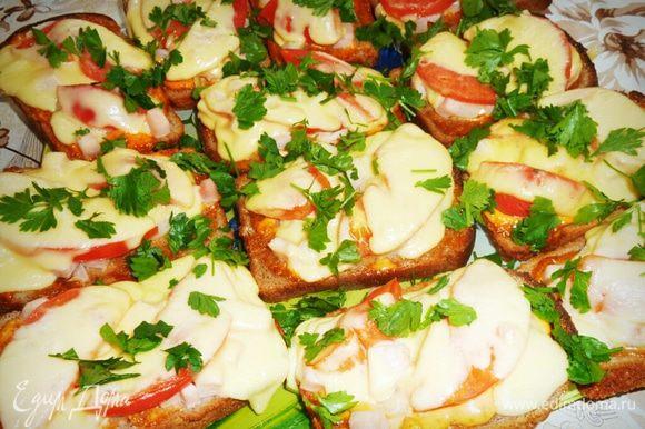 Ставим в духовку до расплавления сыра, затем готовые посыпаем зеленью и приступаем к пиршеству. Приятного аппетита!
