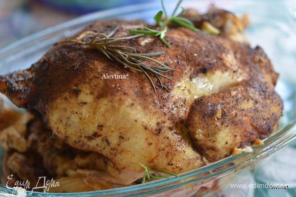 Готовую курицу достанем аккуратно из емкости. Выложим на разделочный стол или блюдо.