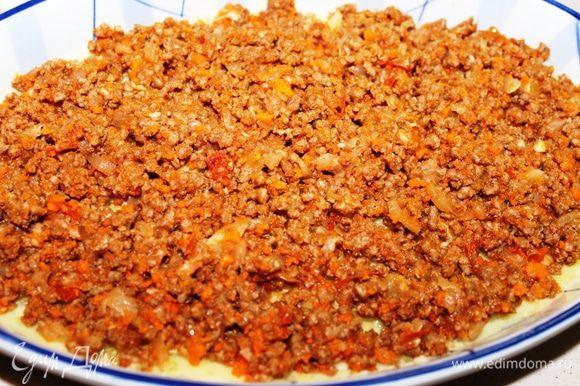 Присыпать сыром (1/4 часть) и выложить обжаренный мясной фарш.