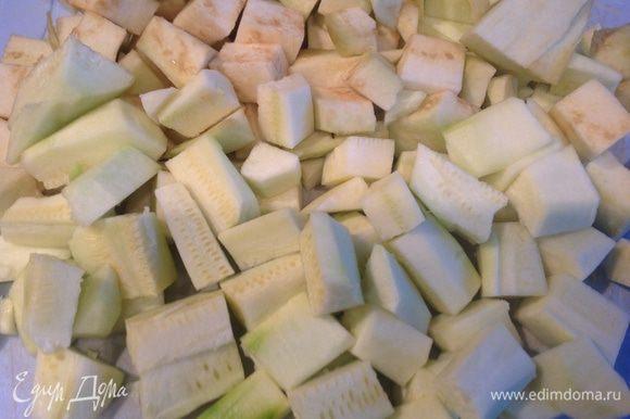 Очистите кабачки и баклажаны, нарежьте их кусочками толщиной в 1 см.