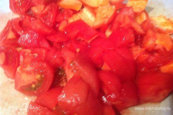 На помидорах сделайте надрез и залейте кипятком, после чего залейте холодной водой и снимите кожицу. Нарежьте помидоры квадратиком. Добавьте в рататуй помидоры, вино, томатную пасту, немного горячей воды (так чтобы она покрывала овощи), посолите, накройте крышкой и тушите на маленьком огне 15-20 минут, помешивая время от времени, пока овощи не станут мягкими.