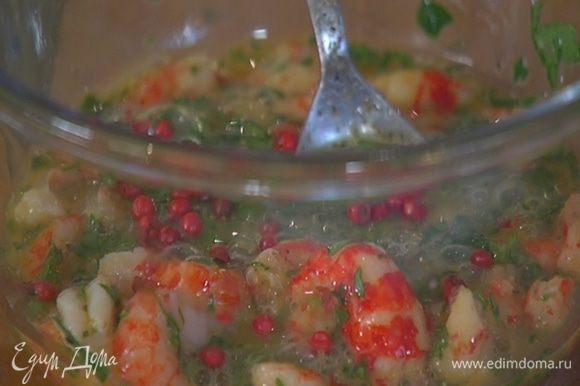 К раковым шейкам добавить яйца, петрушку, розовый и черный перец, все немного посолить и перемешать.
