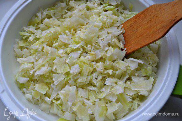 Затем нужно слегка обжарить капусту на сливочном масле, приправить свежемолотым чёрным перцем.