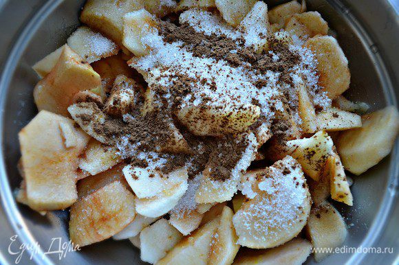 Смешать в кастрюле с соком половины лимона, сахаром, корицей и 250 мл воды. Если у вас кислые яблоки, то количество сахара можно увеличить. Слегка проварить яблоки на слабом огне (около 5 мин). Затем добавить к яблокам желатин, перемешать и остудить.