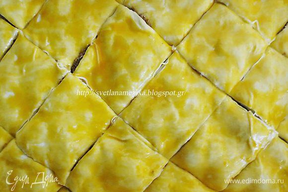 Разрезаем на ромбы (квадраты) и выпекаем в предварительно разогретой духовке 45 минут при температуре 180 градусов.