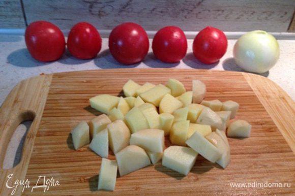 Режем картофель кубиками. Когда фасоль будет практически готова (время варки фасоли может варьироваться, у меня вышло 30 минут, при условии, что фасоль была замочена на 5 часов), добавляем картофель и солим.
