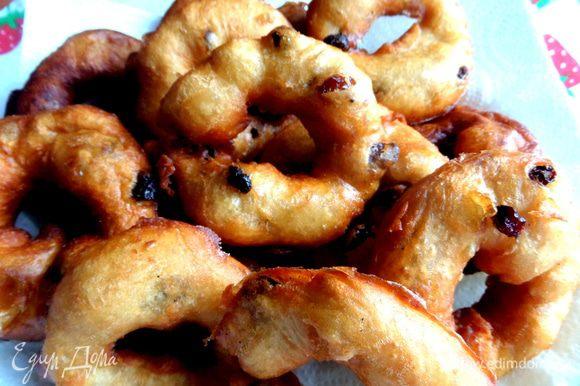 Переворачиваем пончики и жарим с двух сторон,вынимаем на салфетку! Так как много манипуляций с горячим маслом,маленьким детям рекомендую не присутствовать в это время на кухне,очень опасно перевернуть жарящиеся шкворчащие пончики!!!