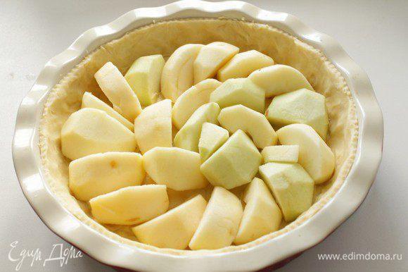 Тесто раскатаем, выложим форму диаметром 22см, наколем и разложим очищенные яблоки, разрезанные на 1/8. Отправить в духовку при 200С на 20 минут