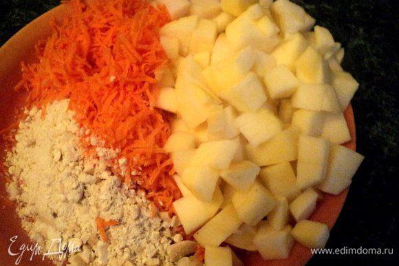 Затем добавить растительное масло и специи, перемешать. Морковь натереть на мелкой терке, яблоко и грушу почистить от кожицы и семян и порезать кубиками, орехи подробить, но не очень мелко. Добавить морковь, яблоко, грушу и орехи к яичной смеси.