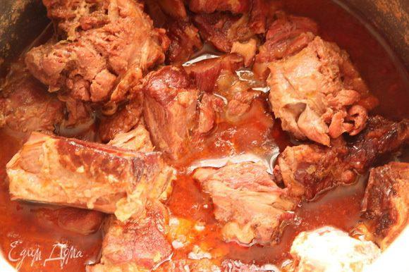 Через 2.5 часа у меня получилось вот такое мясо. Косточки я все вынула и отдала на радость собачкам. За это время мясо очень хорошо распарилось и сготовилось. Это уже вкусно, но мы пойдем дальше.