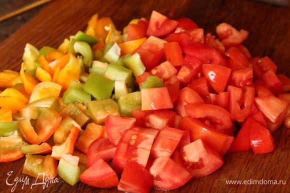 Перец сладкий (красный - не принципиально) и помидоры нарезаем кубиком.
