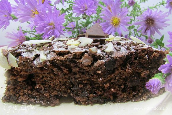 Дать пирогу остыть на решетке. Затем выложить пирог на блюдо, присыпать сахарной пудрой, миндальными лепестками и тертым шоколадом. Приятного аппетита!